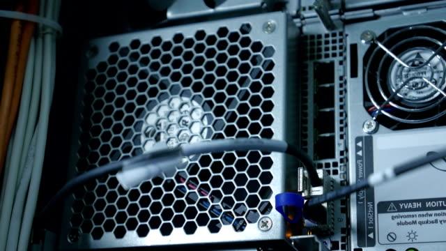 ワイヤ内側スーパーコンピューターレンダーファーム - 戦い点の映像素材/bロール