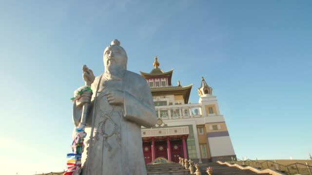 vídeos de stock e filmes b-roll de wise man in a front of buddhist temple - reis magos