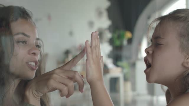 vorrei poterti toccare, bambina - hand on glass covid video stock e b–roll