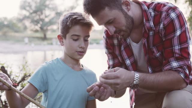 Con un hijo en la pesca - vídeo