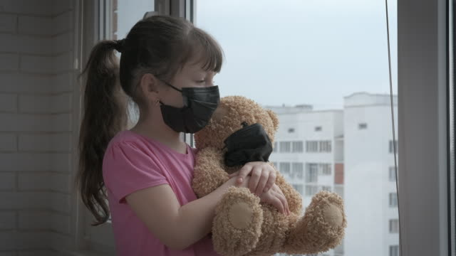 mit teddy in quarantäne. - patientin stock-videos und b-roll-filmmaterial