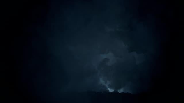 vídeos de stock e filmes b-roll de wolf running through an epic lightning storm - coiote