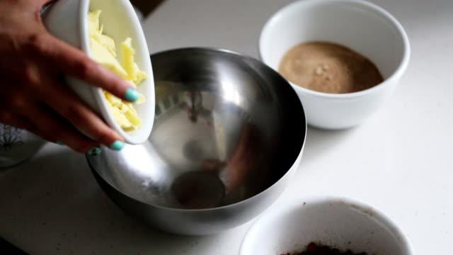 vídeos de stock, filmes e b-roll de mulher, adicionando ingredientes para uma tigela para cozinhar chocolate caseiro - chocolate quente