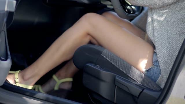 vidéos et rushes de femme, réglage siège voiture pilote avec bâton manuel - uniforme
