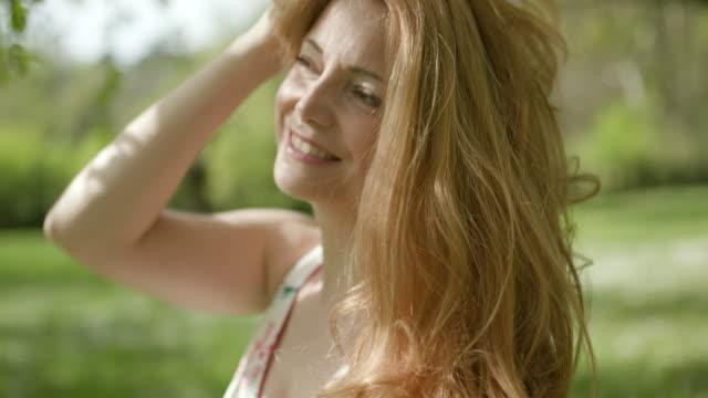 stockvideo's en b-roll-footage met vrouw haar met handen aan te passen - hair woman