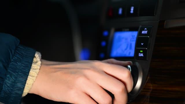 kvinna justerar luftkonditioneringssystemet i bilen, stäng - kvinna ventilationssystem bildbanksvideor och videomaterial från bakom kulisserna