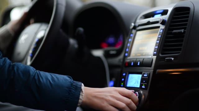kvinnan justerar luftkonditioneringssystemet i bilen, kör den - kvinna ventilationssystem bildbanksvideor och videomaterial från bakom kulisserna