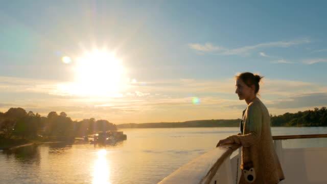 クルーズ船のデッキから夕日を眺めの女性 - デッキ点の映像素材/bロール