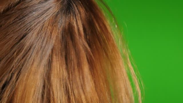 vídeos y material grabado en eventos de stock de mujer cabello rubio secado al aire frente a la pantalla verde slow-mo 1920x1080 hd metraje-secador de pelo-secado de rubio femenino chroma key greenscreen 1080p fullhd video - largo longitud