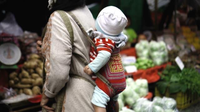 vídeos y material grabado en eventos de stock de tribu de la colina de mujer y bebé - aldea