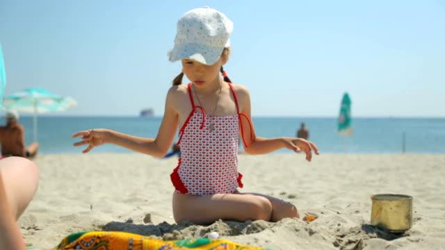 kvinna och barn leker med sand på stranden - sarong bildbanksvideor och videomaterial från bakom kulisserna