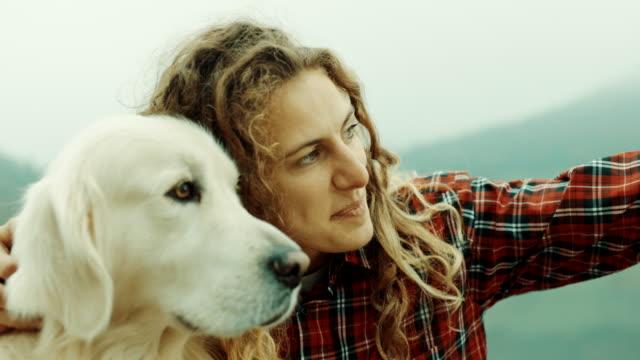vidéos et rushes de femme et chien sur la jetée, femme de pointage à distance - femme seule s'enlacer