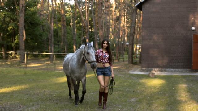 vídeos de stock, filmes e b-roll de mulher e a cavalo. sexy estilo casuais - cavalo