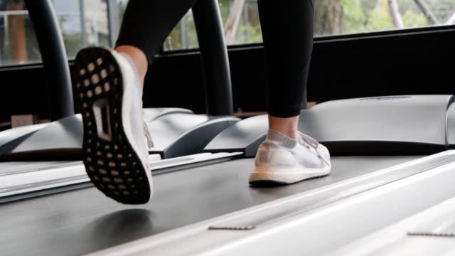 피트니스러닝머신을 걷고 있는 여성과 남성. 건강, 운동, 도시 리프트 스타일 개념. 슬로우 모션 푸티지. - 운동장비 스톡 비디오 및 b-롤 화면