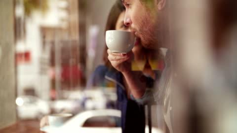 vídeos de stock e filmes b-roll de mulher e homem sentado café no caso - bebida