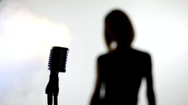 kvinna och mic - sångare artist bildbanksvideor och videomaterial från bakom kulisserna