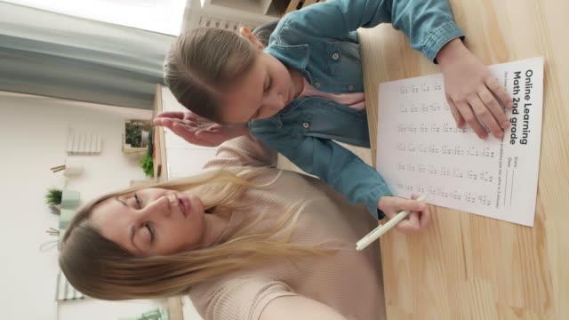 женщина и ученик, имеющие расстояние чат с учителем - covid testing стоковые видео и кадры b-roll