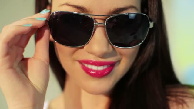 frau und sonnenbrille - sonnenbrille stock-videos und b-roll-filmmaterial