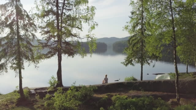 kvinna och tält inne skogen vid sjö i norge - norge bildbanksvideor och videomaterial från bakom kulisserna