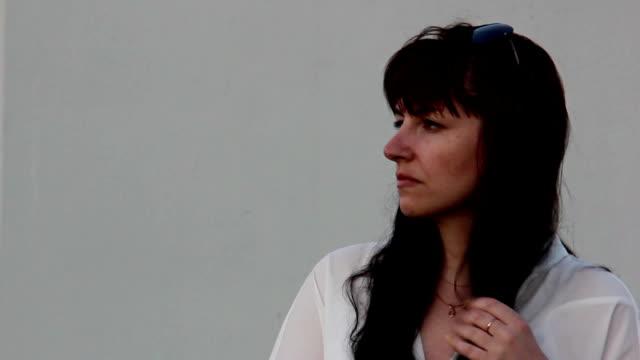 vídeos de stock e filmes b-roll de mulher cólera torcer cabelo, mulher é nervoso, ofendido mulher, excitação - puxar cabelos