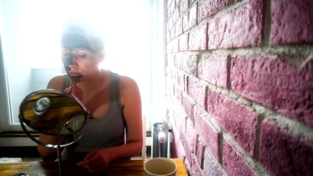 Femme, appliquer le masque à l'argile avec la brosse à la maison - Vidéo