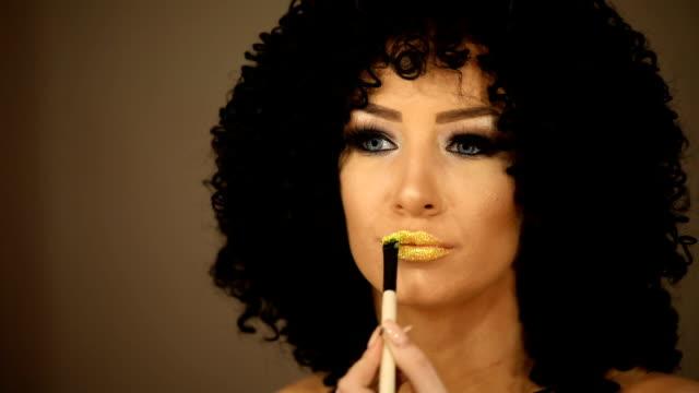 kvinna applicera guld läppstift - makeup artist bildbanksvideor och videomaterial från bakom kulisserna