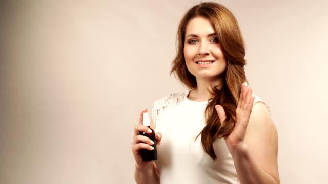stockvideo's en b-roll-footage met vrouw die haar kosmetisch toepast - curly brown hair