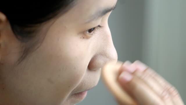 woman applying make up. video