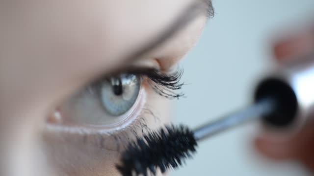 vidéos et rushes de femme application de mascara sur les cils - mascara