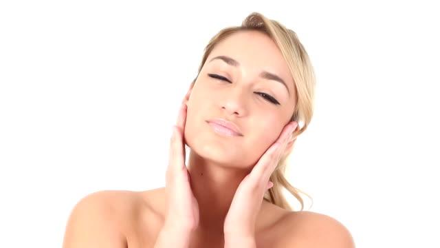 女性のためのモイスチャライザー顔を適用する - スキンケア点の映像素材/bロール