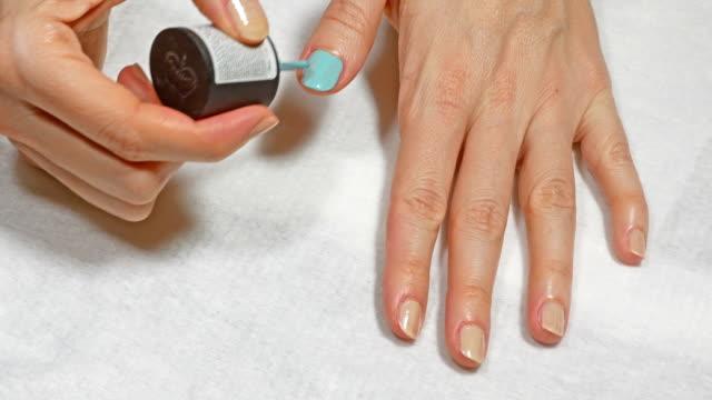 kvinna som applicerar nagellack hemma - nagellack bildbanksvideor och videomaterial från bakom kulisserna