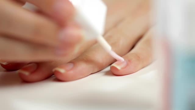 женщина применения блеск для прокола изоляции - ноготь на руке стоковые видео и кадры b-roll