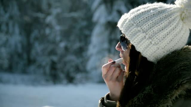 stockvideo's en b-roll-footage met vrouw toepassen van beschermende lippenbalsem - lipbalsem