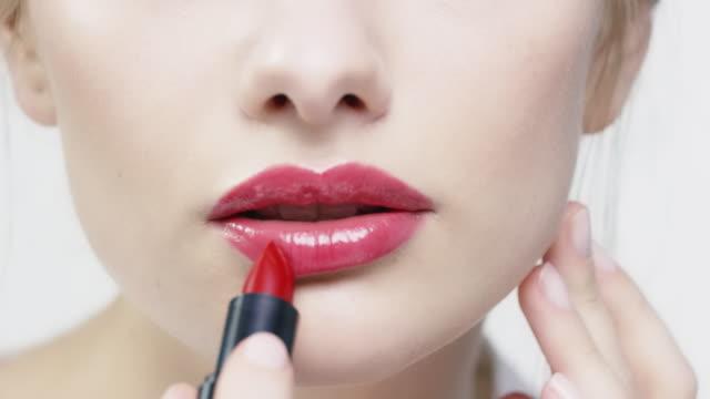 kvinna om rött läppstift och blåser kyss - blåsa en kyss bildbanksvideor och videomaterial från bakom kulisserna