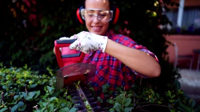 kadın çit bahçe düzenleme - bahçe ekipmanları stok videoları ve detay görüntü çekimi