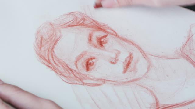 artista donna disegno di schizzo umano - matita colorata video stock e b–roll