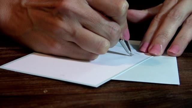 Femme devant un bureau de rédaction d'une note de remerciement - Vidéo