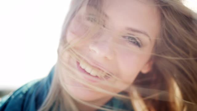 Mulher na beach house - vídeo