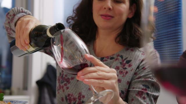 vídeos de stock, filmes e b-roll de mulher na mesa de jantar servindo vinho - vinho
