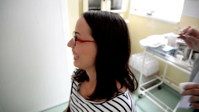 kadın doktorun ofisinde - gazlı bez stok videoları ve detay görüntü çekimi