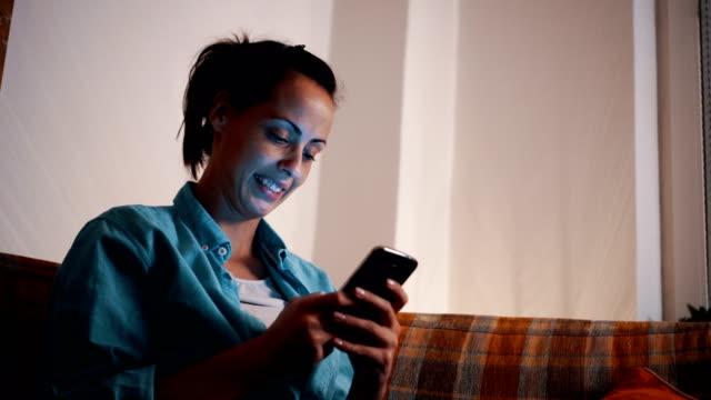 Frau im Hause SMS auf Smartphone – Video