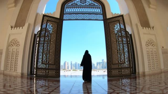 vidéos et rushes de woman à mosque doha - doha