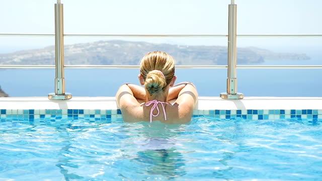 frau am pool mit blick auf den blick - sauna und nassmassage stock-videos und b-roll-filmmaterial