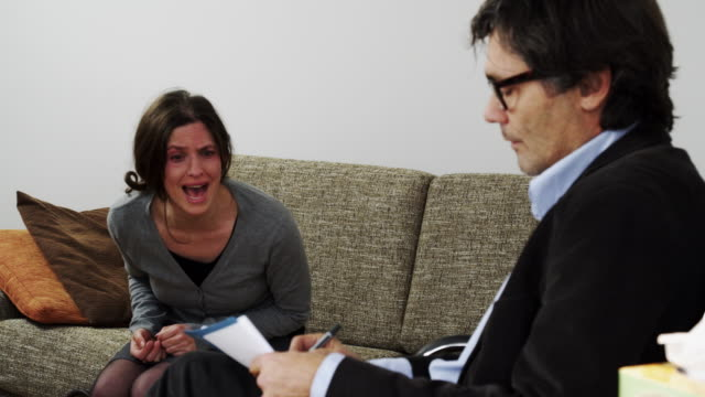 woman at psychiatrist - burnout stok videoları ve detay görüntü çekimi