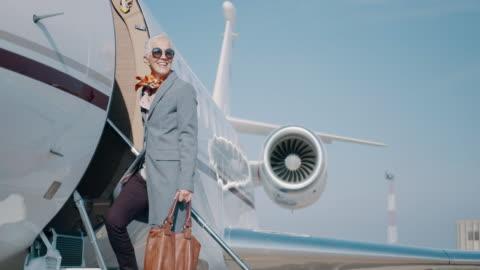 vidéos et rushes de femme à l'aéroport - richesse