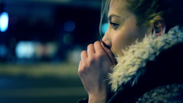 vídeos y material grabado en eventos de stock de mujer en la calle. - frío