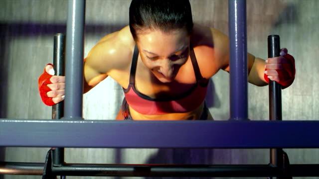 sportlerin macht pull ups - turngerät mit holm stock-videos und b-roll-filmmaterial