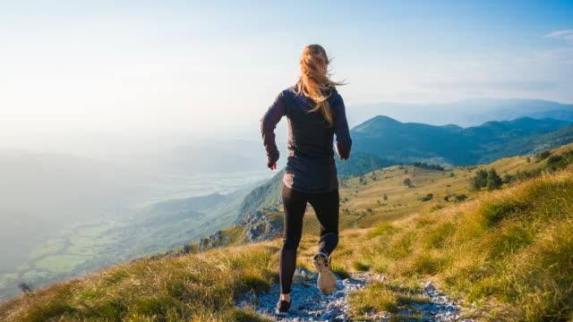 kvinna idrottsman rann nerför ett berg - jogging hill bildbanksvideor och videomaterial från bakom kulisserna