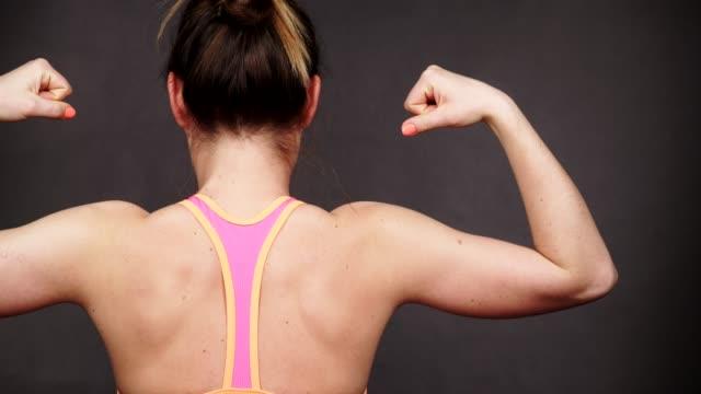 背中と肩 4 k の筋肉を示す女性アスレチック女の子 - 筋肉質点の映像素材/bロール
