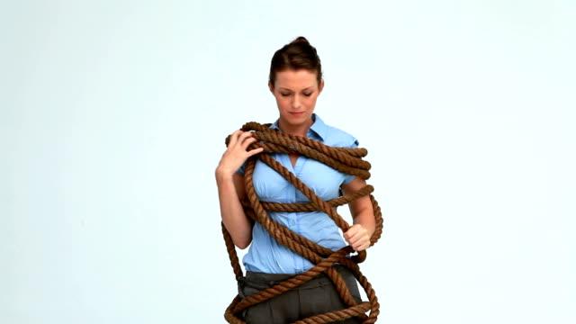 vidéos et rushes de femme avec une corde attachée - ligoté
